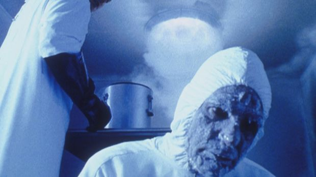 Als Alex Krycek (Nicholas Lea, l.) das Ur-Embryo der Aliens aus einer geheime...