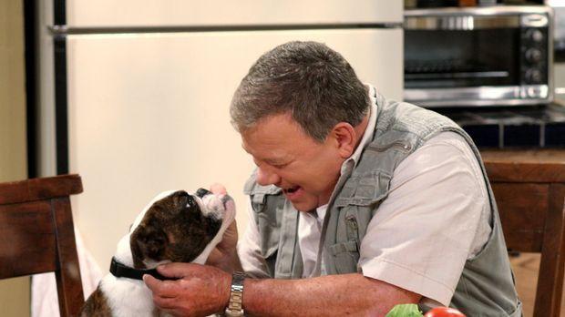 Der griesgrämige Ed (William Shatner) freundet sich tatsächlich mit dem Hund...