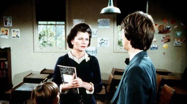 Jim Bobs (David W. Harper, r.) Schulabschluss steht bevor und Corabeth (Ronni...