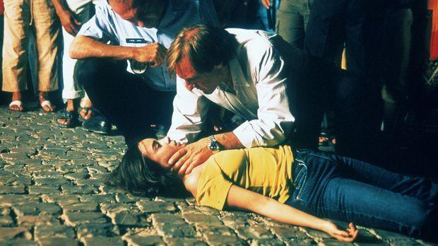 Joachim (Gérard Depardieu, r.) kümmert sich um Sarah (Elodie Bouchez, liegend...