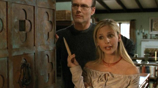 Giles (Anthony Stewart Head, l.) und Buffy (Sarah Michelle Gellar, r.) bekomm...