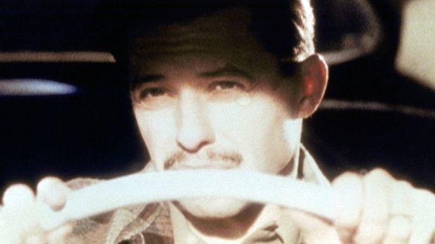 Durch ein grelles Licht geblendet, kommt Trevor (Jon Cryer) mit seinem Wagen...