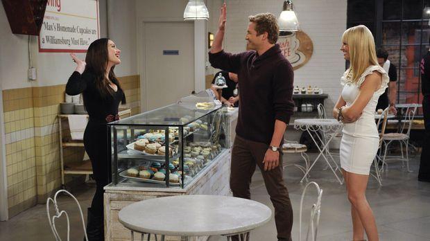 Auch Candy Andy (Ryan Hansen, M.) freut sich, dass sich Max (Kat Dennings, l....