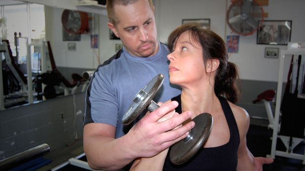 Das Bodybuilder Paar wird zu den Hauptverdächtigen, nachdem eine verbrannte L...
