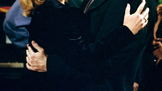Annie (Catherine Hicks, l.) hat für Eric (Stephen Collins, r.) eine Überrasch...