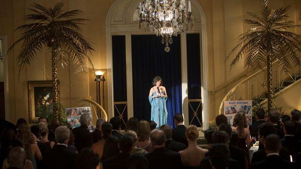 Nora Walker (Sally Field) eröffnet die Benefizgala für das Krebshilfezentrum...