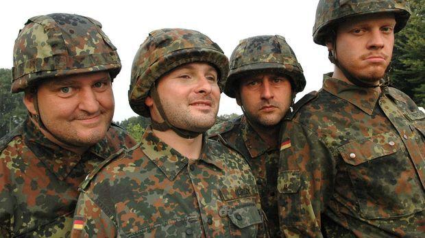 Markus Maria Profitlich (l.) ist wieder mal bei der Bundeswehr. © Adolph Sat.1