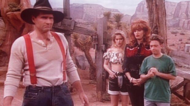 (v.l.n.r.) Al (Ed O'Neill), Kelly (Christine Applegate), Peggy (Katey Sagal)...