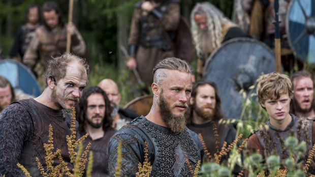 Ragnar (Travis Fimmel, M.) rückt mit seinen Männern immer weiter ins Landesin...