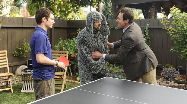 Ryan (Elijah Wood, l.) und Wilfred (Jason Gann, M.) sind sich einig: Drew (Ch...