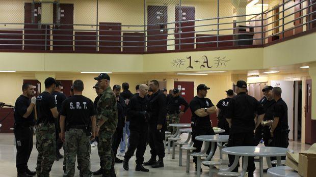 Die Gefängniswärter sammeln sich im Zellenblock 1-A ... © Patricia Seely 2010...