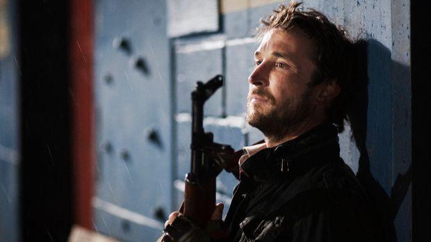 Terry Clayton von einer anderen Gruppe Überlebender warnt Tom (Noah Wyle) und...