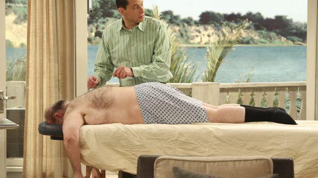 Alan (Jon Cryer, oben) macht seine chiropraktische Praxis in Waldens Wohnzimm...