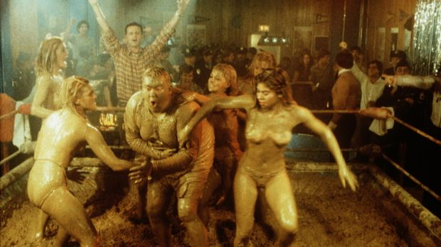 Im Nachtclub hat der Rekrut Ox (John Candy, M.) die Ehre mit den 'Schlamm-Gir...