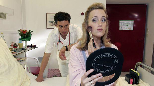 Der Doktor (Alexander Schubert, l.) findet es völlig unnötig, dass Frau Hussm...