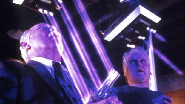 Greg (Harve Presnell, l.) zwingt Noah (Maurice Godin, r.), ihn mit Hilfe sein...