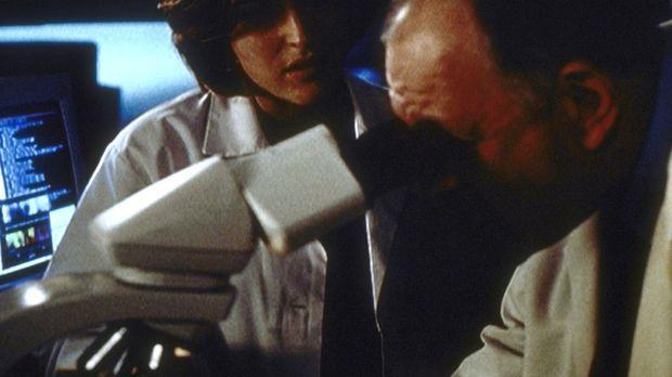 Scully (Gillian Anderson, l.) und Dr. Plant (Kenneth Tigar) stellen fest, das...