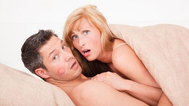 Untreue Männer, die fremdgehen? Diese Anzeichen verraten sie sofort