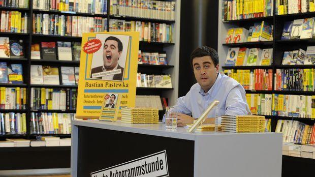 Einsame Signierstunde in der Buchhandlung: Bastian (Bastian Pastewka) wartet...