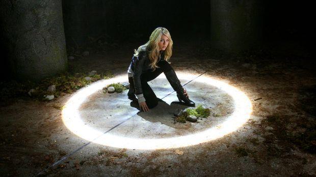 Während Oliver auf der Suche nach dem Omega-Bogen ist, trifft er auf Kara (La...