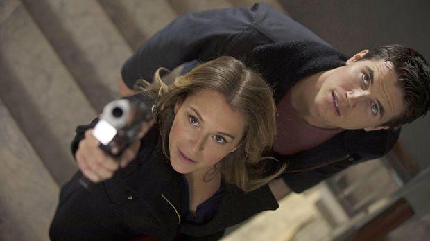 Hillary (Alexa Vega, l.) vertraut Stephen (Robbie Amell, r.) nicht und ein kl...