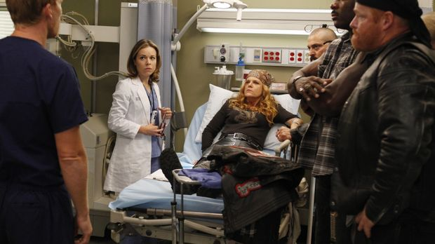 Owen (Kevin McKidd, l.) und Heather (Tina Majorino, 2.v.l.) kümmern sich um E...