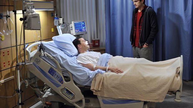 Alan (Jon Cryer, l.) hat mit Walden (Ashton Kutcher, r.) verabredet, dass er...