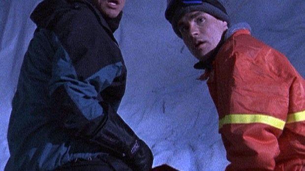Jack (Martin Cummins, l.) und Robbie (Robert Sean Leonard) erforschen eine Ei...