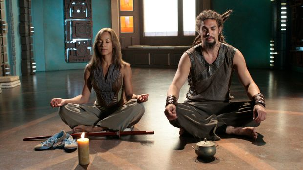 Verzweifelt versuchen Teyla (Rachel Luttrell, l.) und Ronon (Jason Momoa, r.)...