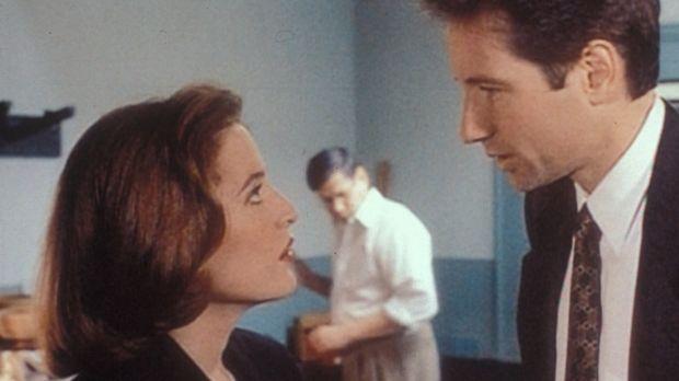 Mulder (David Duchovny, r.) und Scully (Gillian Anderson, l.) rätseln über ei...