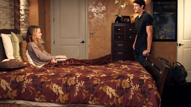 Nathan (James Lafferty, r.) und Haley nehmen Quinn (Shantel VanSanten, l.) be...