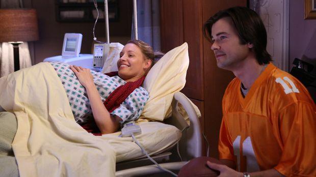 Charlotte (KaDee Strickland, l.) versetzt James (Matt Long, r.) und die ander...