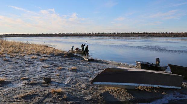 Sieben Menschen kämpfen in den unwirtlichen Weiten Alaskas ums Überleben und...