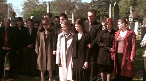 Die Schwestern Buffy (Sarah Michele Gellar, vorne l.) und Dawn (Michelle Trac...