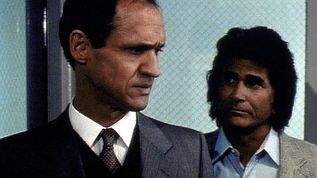 Jonathan (Michael Landon, r.) gelingt es schließlich, an Gefängnisdirektor In...