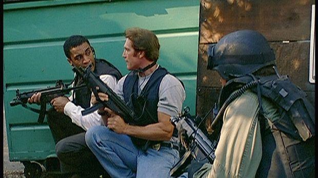 Agent Wagner (Harry J. Lennix, l.) und Steve (Barry Van Dyke, M.) bereiten de...