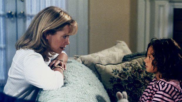 Ruthie (Mackenzie Rosman, r.) erzählt Annie (Catherine Hicks, l.) von einem M...