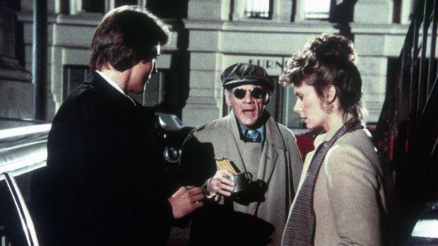 Ein Blinder (Darsteller unbekannt, M.) überbringt Lee (Bruce Boxleitner, l.)...