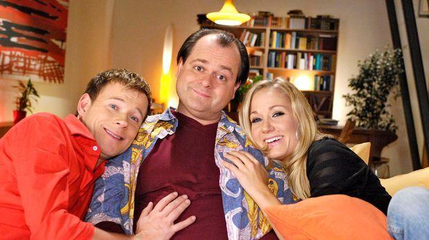 Zu Hause auf ihrem Sofa finden die Drei von der Comedy WG Frieden, Freude und...