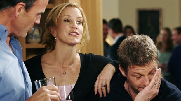 Auf einer Party unterhalten sich Tom (Doug Savant, r.), Karl (Richard Burgi,...