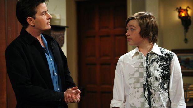Jake (Angus T. Jones, r.) hat Angst, auf eine Party zu gehen, weil ein Mädche...