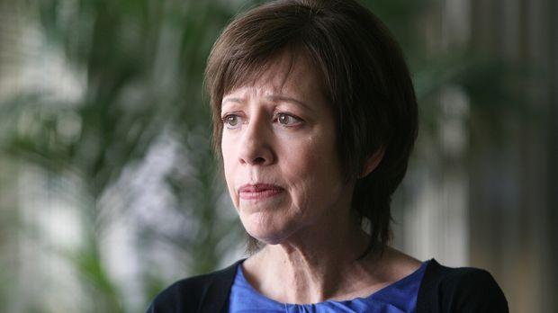 Die Bankangestellte Ruth Boddicker (Allyce Beasley) wendet sich mehrfach an i...