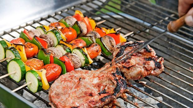 Saftige-Steaks-und-knackige-Gemuesespiesse-Grill-dpa