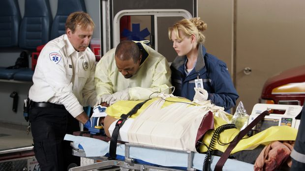 Kümmern sich um die Opfer des Fährunglücks: Webber (James Pickens jr., M.) un...
