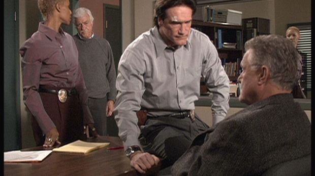 Steven (Barry Van Dyke, 2.v.r.) findet heraus, dass Julias Großvater hereinge...