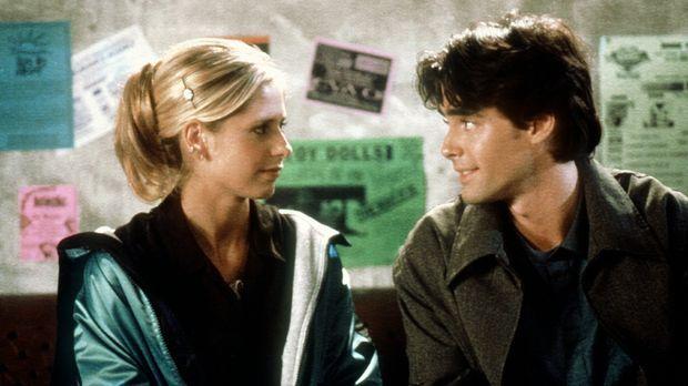 Buffy (Sarah Michelle Gellar, l.) fühlt sich zu Parker Abrams (Adam Kaufman,...