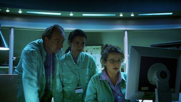Wissenschaftler Carlo Bennatti (Herbert Knaup, l.) und seine Kollegin Marie V...