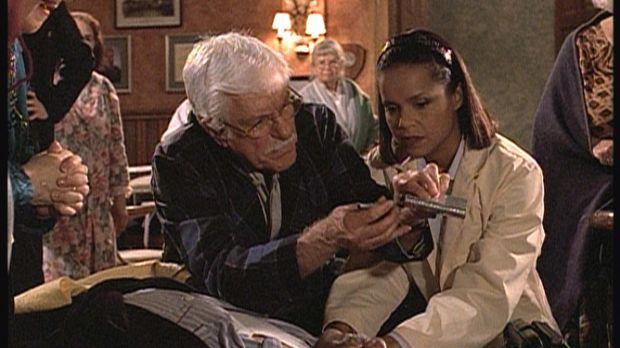 Isaiah (Lee Weaver, vorne), ein Bewohner des Seniorenheims, ist zusammengebro...