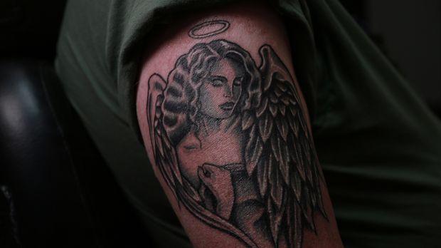 Der popelnde Mann wird zum schönen Engel, ob Cop Tim damit bei seiner Verlobt...