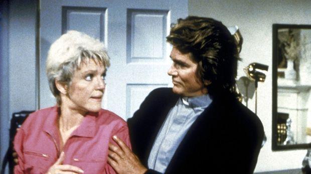 Carla (Barbara Stuart, l.) wird von Jonathan (Michael Landon, r.) verjüngt, d...